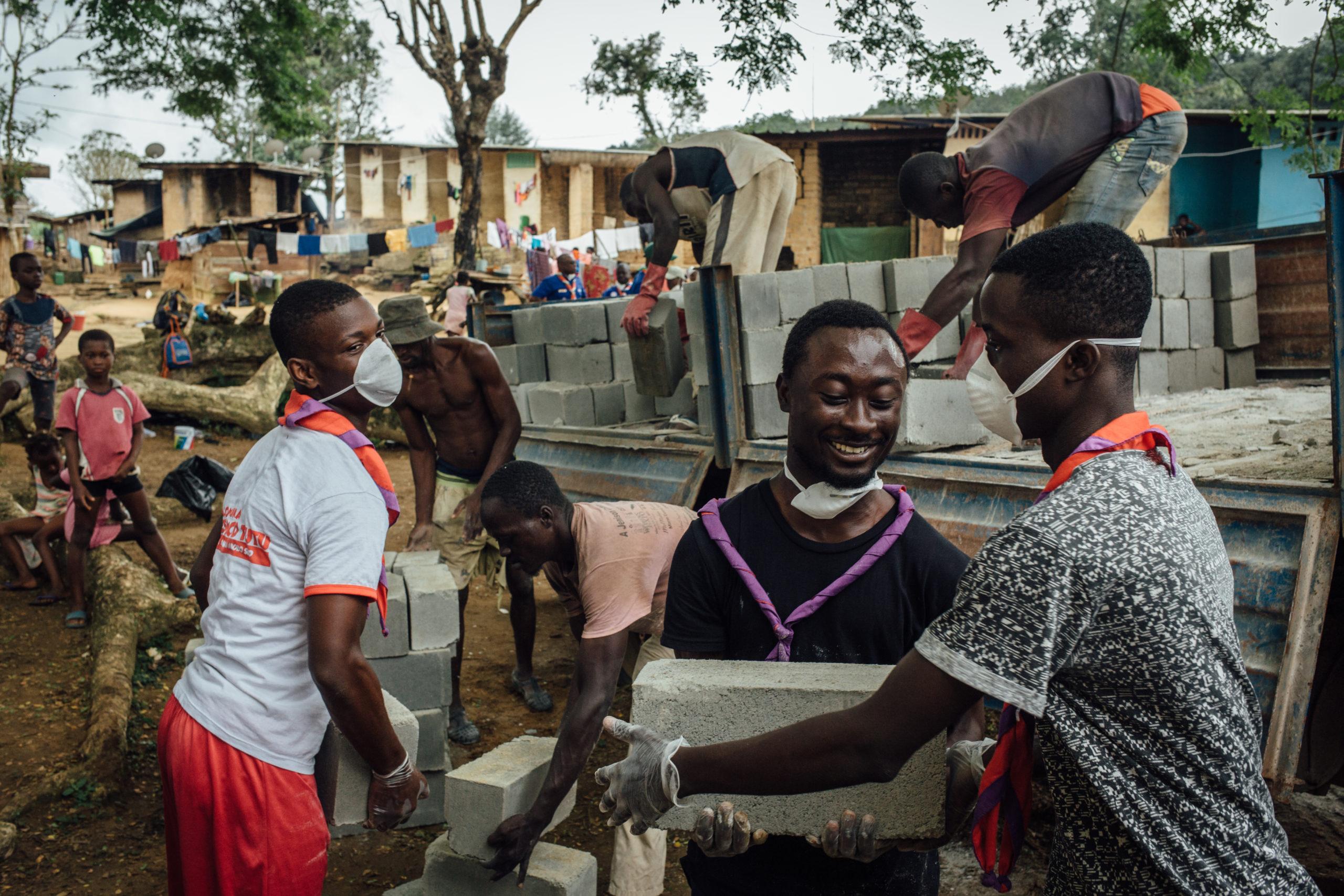 Des scouts ivoriens réhabilitent les latrines en périphérie d'Abidjan, septembre 2019 ©Cyril Marcilhacy
